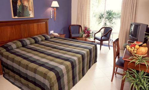 Фото отеля Hibiscus Beach Hotel & Villas 3* (Хибискус Бич Отель энд Виллас 3*)