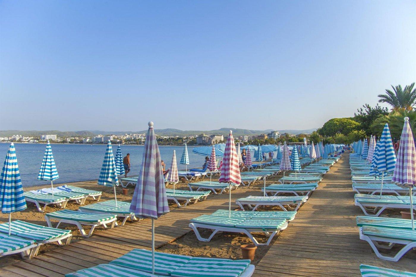 Пляж отеля Lonicera Resort & Spa 5* (Лонисера Резорт энд Спа 5*)
